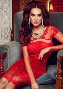 Vestido de renda vermelha com ornamentos de prata