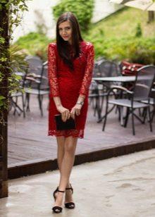 Vestido de renda vermelha com acessórios pretos