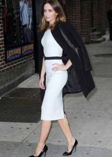 Acessórios pretos para vestido branco