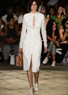 Ruskeat tarvikkeet valkoiseen mekkoihin