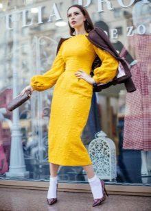 Jaket kulit dengan pakaian midi