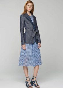 Jaqueta cinza para vestir em uma gaiola