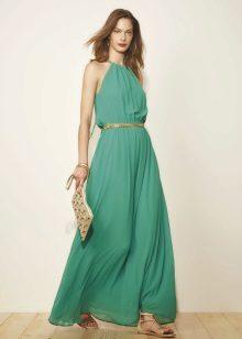 Vestido verde claro com acessórios dourados