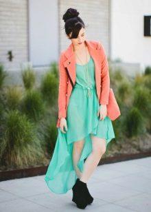 Vestido verde com uma jaqueta de pêssego