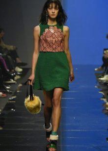 Acessórios para um vestido verde curto