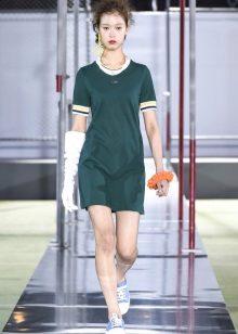 Tênis para um vestido verde esportivo curto