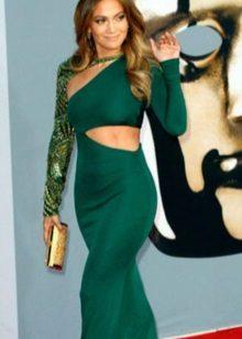 Vestido verde com embreagem de ouro
