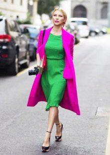 Vestido verde com um casaco lilás
