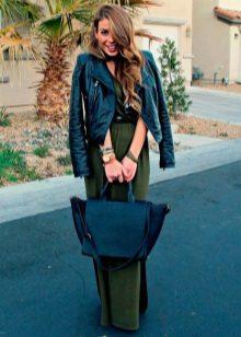 Jaqueta de couro para um vestido verde