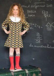 Vestido de escola para meninas com um padrão
