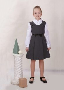 Sapatos sob um vestido de escola para meninas