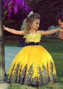 Vestido amarelo de formatura para o jardim de infância