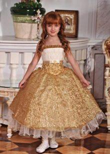 Vestido de formatura dourado no jardim de infância