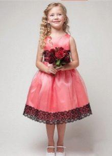 Rosa com vestido de baile de renda para o jardim de infância