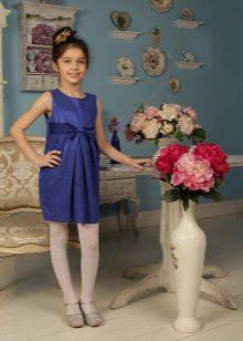 Vestido de formatura no jardim de infância com uma saia de tulipa