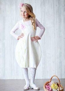 Vestido de formatura no jardim de infância com uma saia de tulipa branca