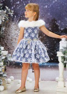 Vestido de ano novo para a menina com pele
