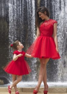 Vestido de ano novo para a menina e mãe magnífica