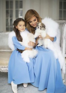 Meninas vestido de Natal azul e mães