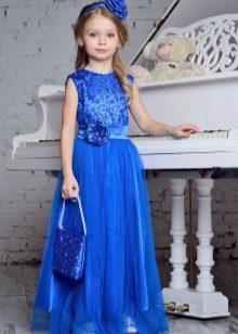 Vestido azul de ano novo para a menina em um piso