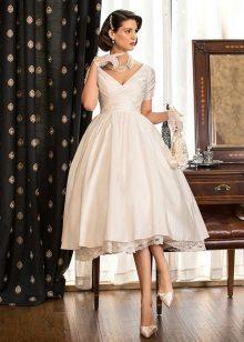 Valkoinen mekko on valmistettu silkistä tafteista