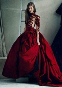 vestido vermelho escuro com uma saia de tafetá cheia