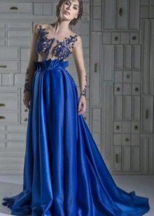 sininen mekko, joka on valmistettu taftasta ja jossa on kirjailtu kori