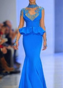 sininen mekko, joka on valmistettu taftasta kirjonnalla