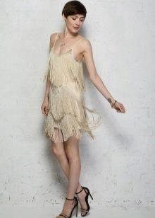 Beige-mekko, jossa on hame ja kaulakoru