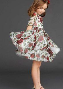 Vestido com uma estampa para uma menina de 5 anos