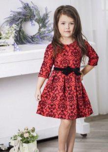 Um vestido de silhueta para menina 5 anos