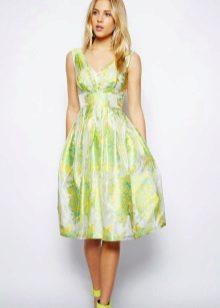 Valkoinen ja vaaleanvihreä mekko