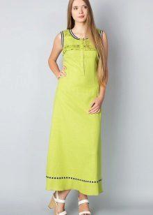 Pitkä vihreä mekko, jossa on kiiltävät sandaalit