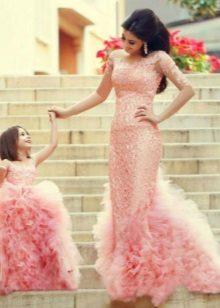 Olhar magnífico rosa inteligente Família olhar para a menina