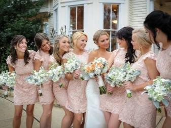 Pehmeät persikka-mekot bridesmaidille