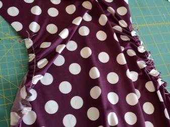 Costurando uma costura em um vestido em maternidade de ervilha