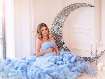 Blauwe jurk voor zwangere vrouwen te huur voor een fotoshoot