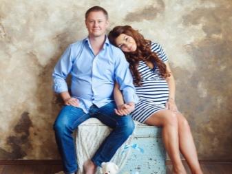 Gestreepte jurk voor zwangere fotoshoots