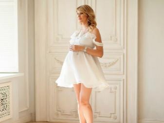 Witte jurk voor zwangere fotoshoot