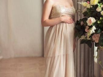 Beige jurk voor zwangere vrouwen te huur voor een fotoshoot