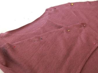 A ruha részleteit egy denevér hüvelyével varrjuk