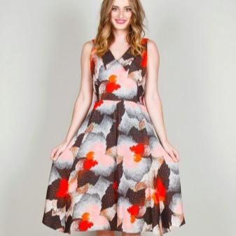 Berpakaian dengan skirt separa matahari untuk wanita langsing