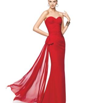 Vakker rød kjole med tog