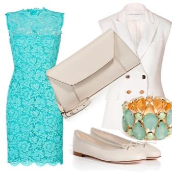 Vestido de renda turquesa com acessórios brancos