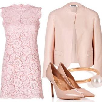 Vestido de renda rosa com acessórios rosa