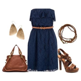 Vestido de renda azul com acessórios marrons
