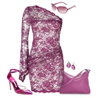 Vestido de renda roxo com acessórios tonais