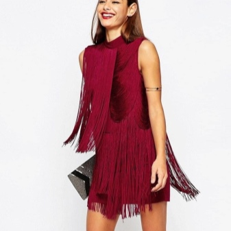 Burgundinė suknelė su pakraščiu