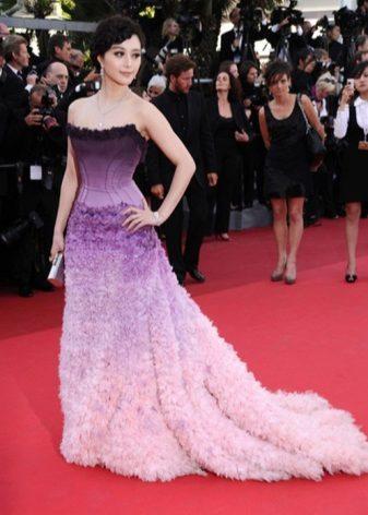 Színátmenet lila színű estélyi ruhában