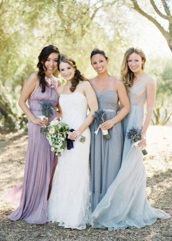 Eri sävyjä samanvärisiä - bridesmaids